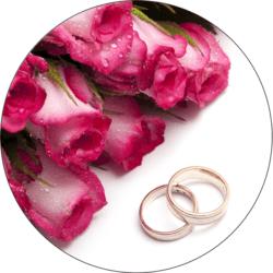 Eheringe und pinke Rosen